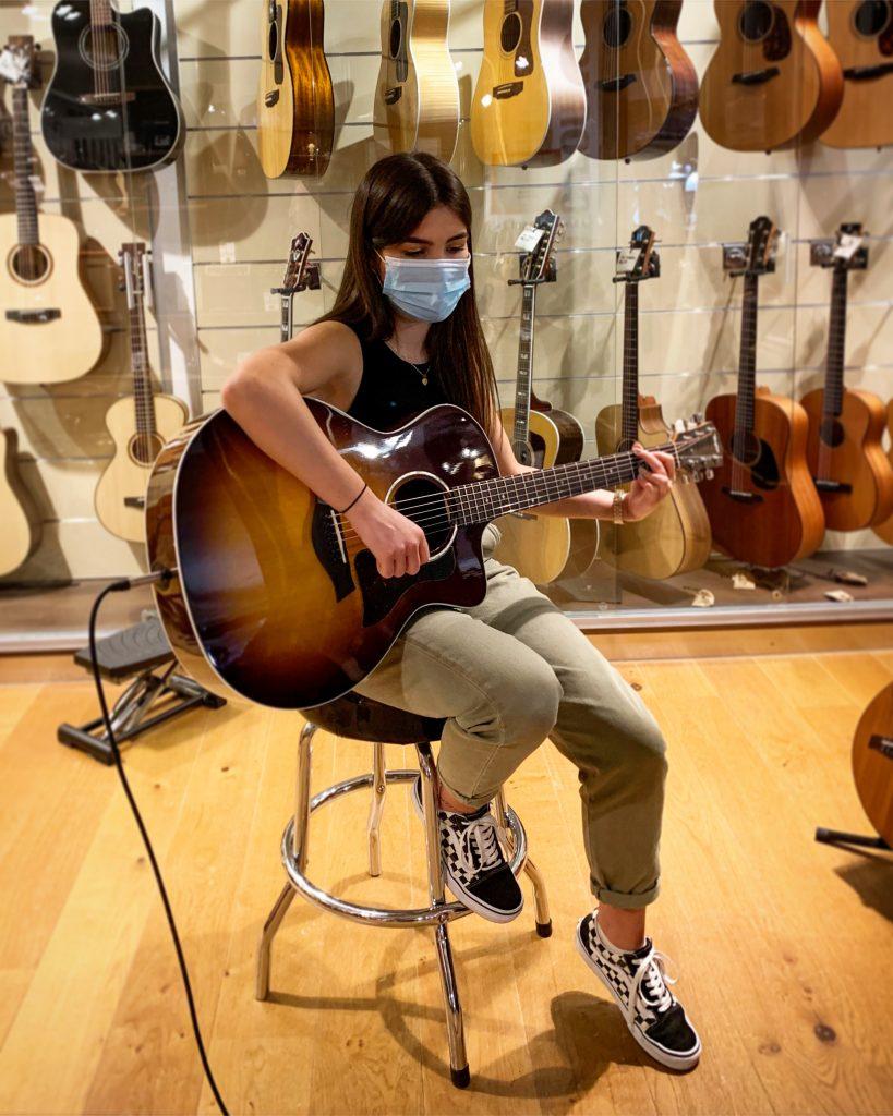 Julia Fischer am Gitarre spielen